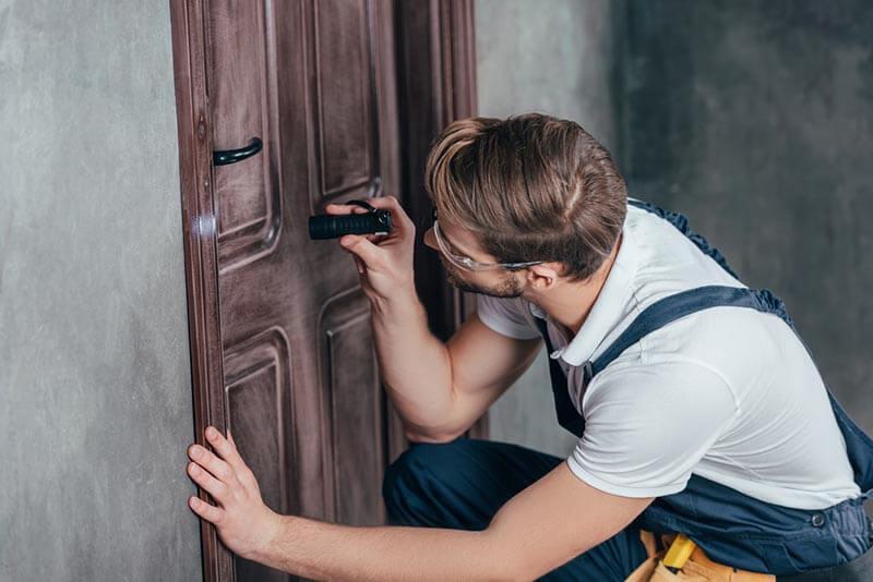 פורץ דלתות עץ